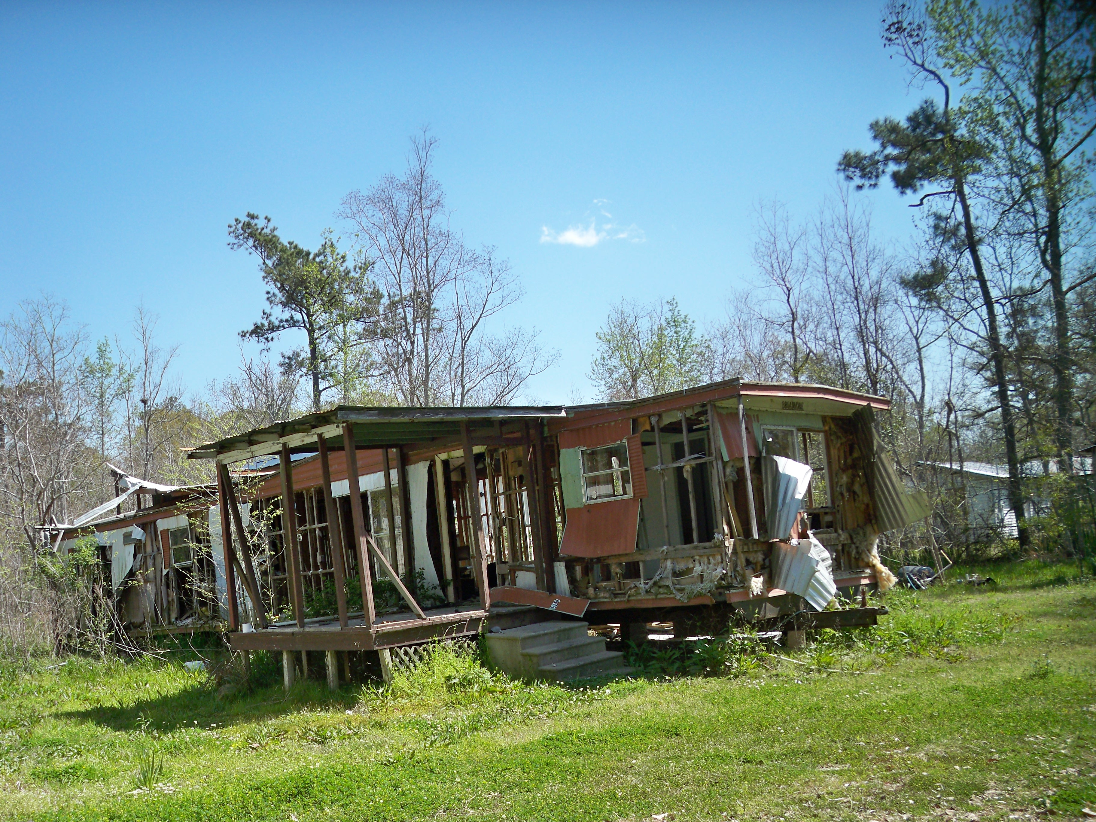 Dilapidated Mobile Home in Lacombe, LA – What I Saw Riding My Bike